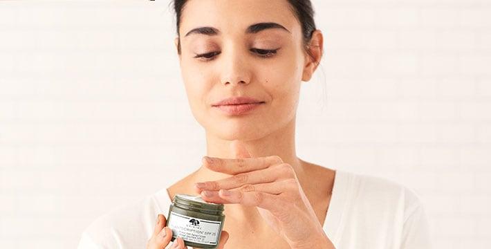 femme appliquant une crème