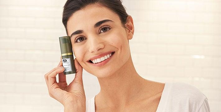 femme applicant de la crème pour les yeux